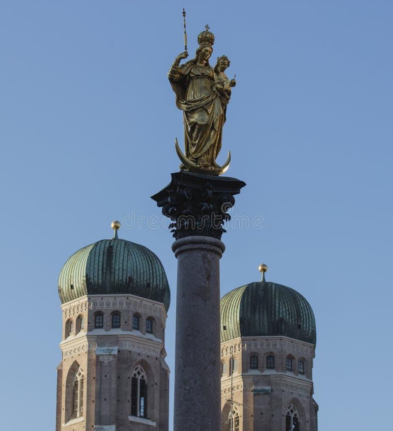 Украшение на Marienplatz, статуе mariensaule стоковые фото