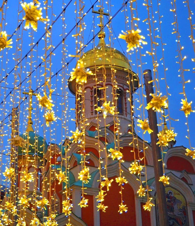 Украшение освещения рождества в Москве на улице Nikolskaya Желтые звезды, гирлянды Новый Год праздника в городе стоковые фотографии rf