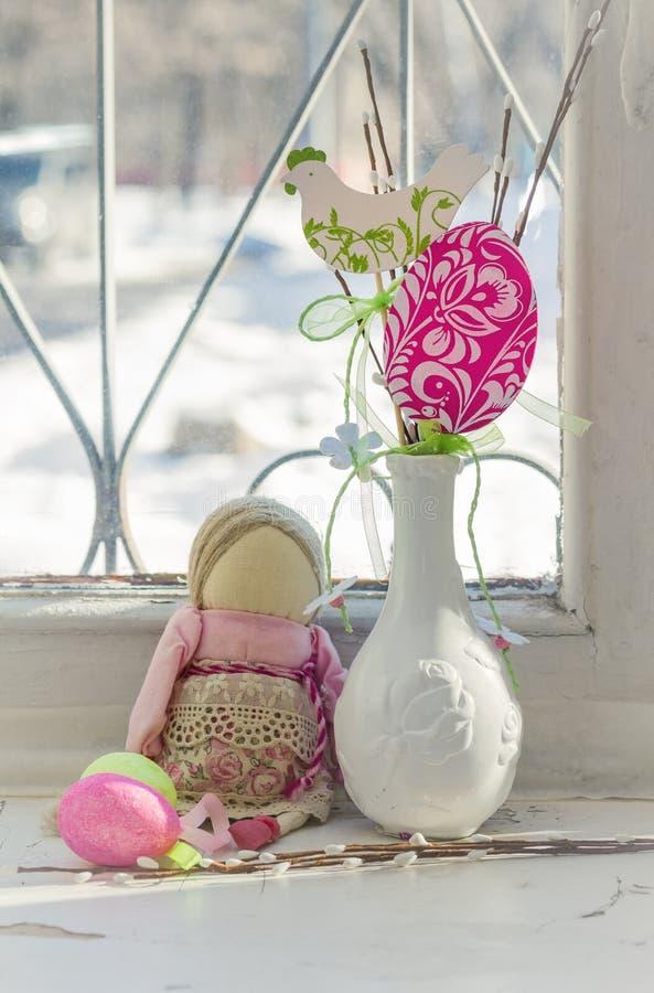 Украшение пасхи на windowsill Натюрморт пасхи в ретро стоковое фото