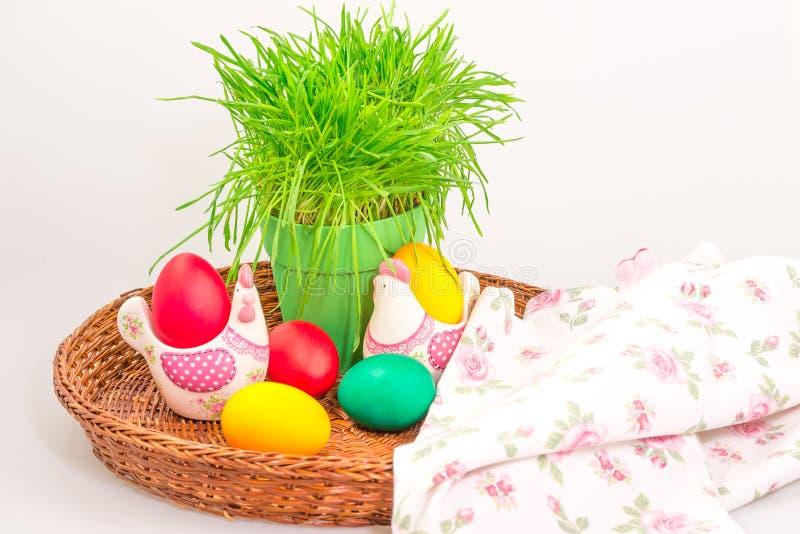 Украшение пасхи с яичками и полотенцем стоковое изображение rf