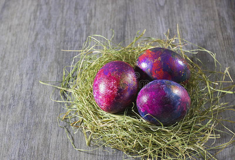 Украшение пасхи eggs на сене на серой предпосылке стоковая фотография rf