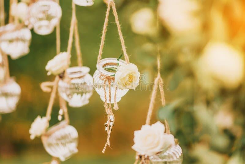 Украшение первоначальной свадьбы флористическое в форме мини-ваз и букетов стоковые фото