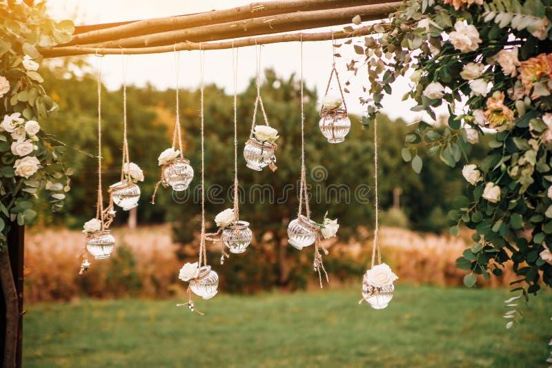 Украшение первоначальной свадьбы флористическое в форме мини-ваз и букетов стоковое фото