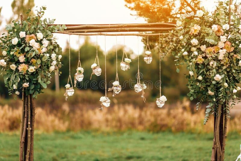Украшение первоначальной свадьбы флористическое в форме мини-ваз и букетов стоковые изображения