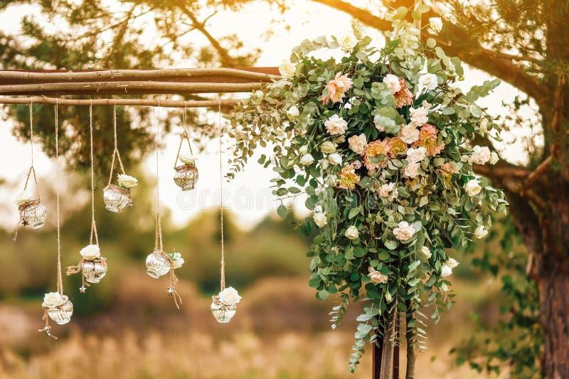 Украшение первоначальной свадьбы флористическое в форме мини-ваз и букетов стоковая фотография