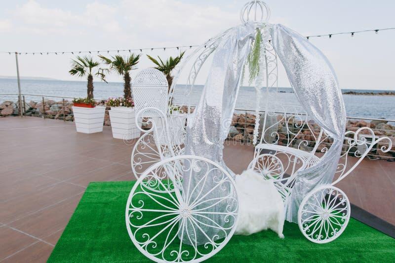 Украшение первоначально свадьбы флористическое в форме мини-ваз и букетов висеть цветков стоковое фото