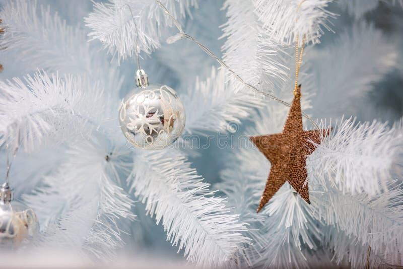 Украшение праздника с золотой звездой и серебряным орнаментом стоковая фотография rf