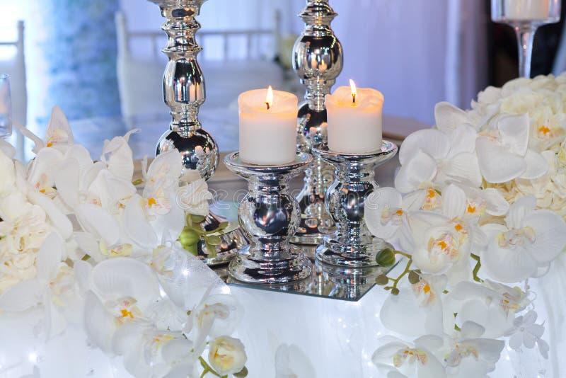 Украшение приема по случаю бракосочетания со свечами и орхидеями стоковое фото