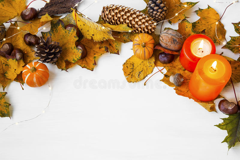 Украшение рамки осени с свечами, конусами сосны, высушенными листьями, p стоковые фотографии rf