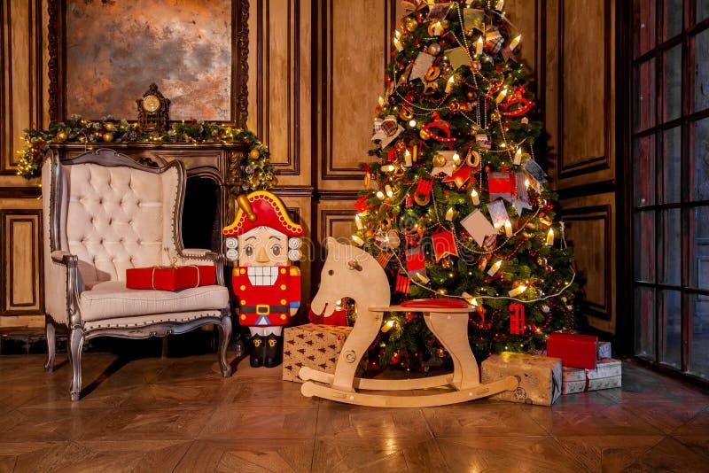 Украшение рождества в интерьере комнаты grunge стоковые изображения rf