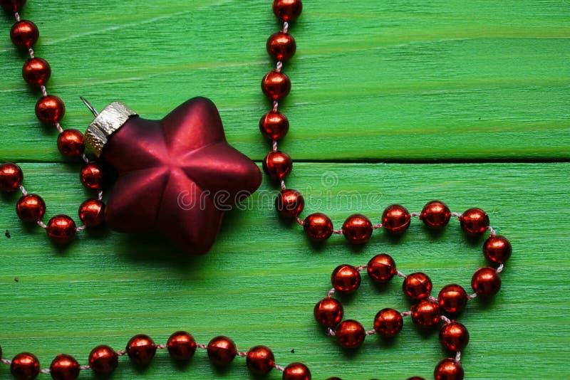 Украшение рождества над деревянной предпосылкой Украшения над древесиной Винтаж стоковое фото