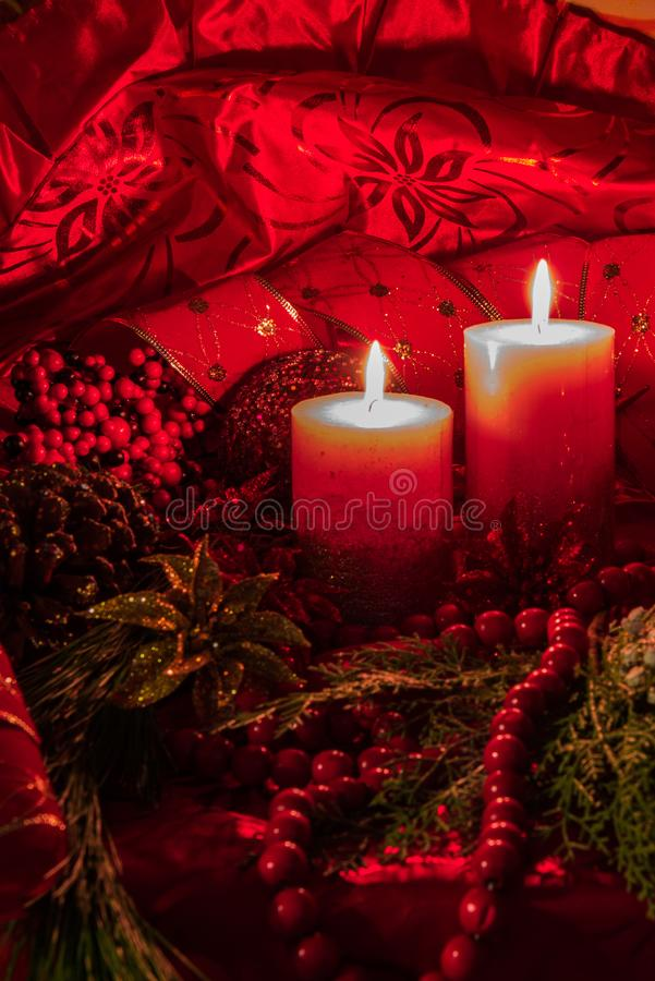 Украшение рождества света свечи с красной предпосылкой стоковое фото rf