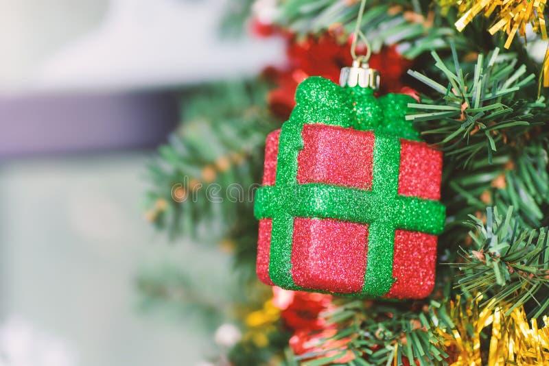 Украшение рождества, смертная казнь через повешение подарочной коробки на сосне стоковое фото