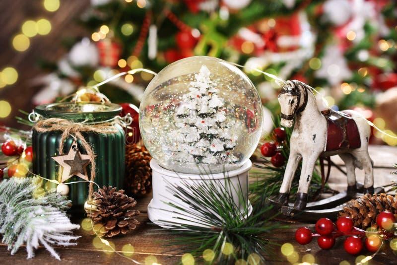 Украшение рождества со стеклянным шариком снега, тряся лошадью и фонариком стоковое изображение