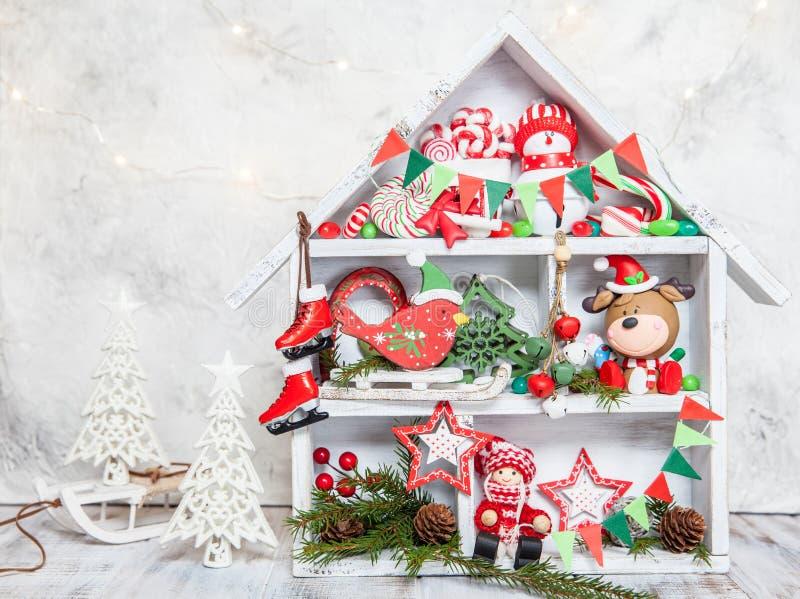 Украшение рождества с домом деревянной коробки стоковые фото