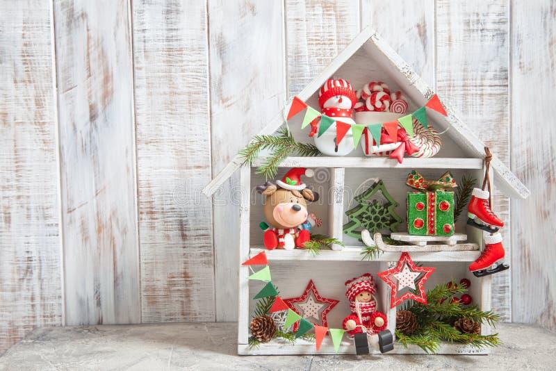 Украшение рождества с домом и игрушками деревянной коробки стоковое изображение