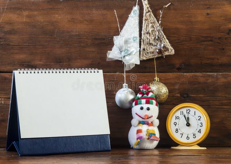 Украшение рождества с пустым календарем и ретро будильником o стоковое фото rf