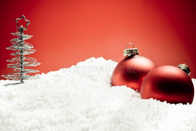 украшение рождества шариков около красного вала снежка стоковое фото