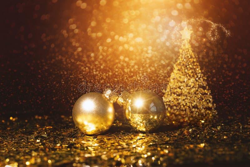 Украшение рождества - Defocused золото Bokeh с рождественской елкой стоковые изображения