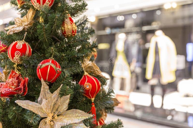 Украшение рождественской елки в большом торговом центре стоковое изображение rf