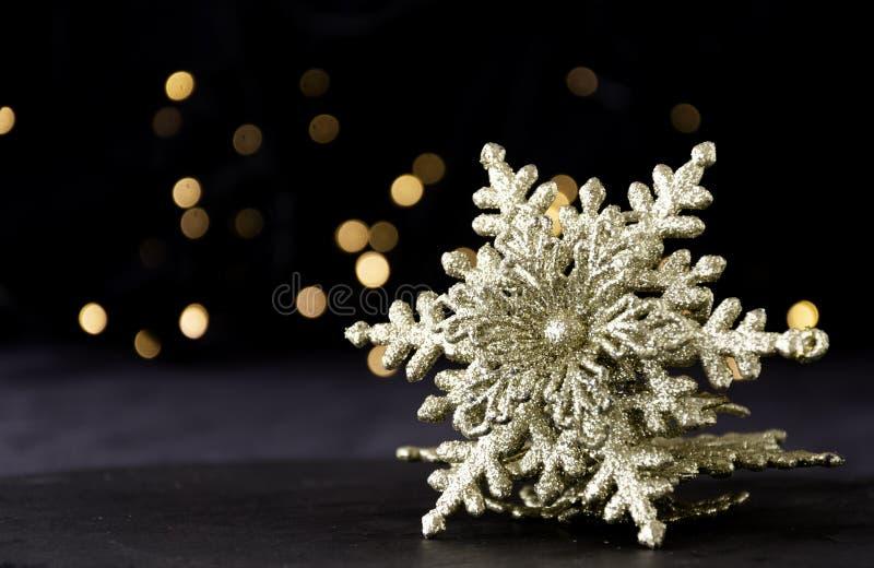 Украшение рождественской открытки с ветвями ели и элементами украшения, селективным фокусом стоковое фото rf