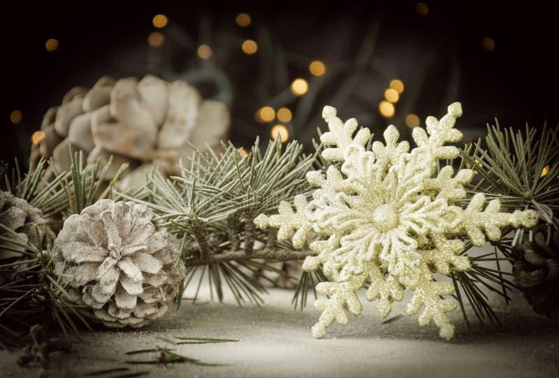 Украшение рождественской открытки с ветвями ели и элементами украшения, селективным фокусом стоковая фотография rf