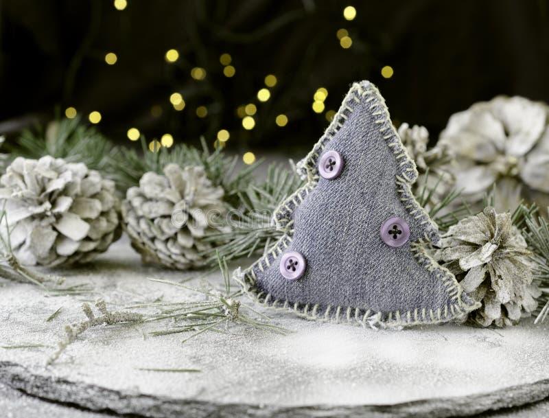Украшение рождественской открытки с ветвями ели и элементами украшения, селективным фокусом стоковые фото