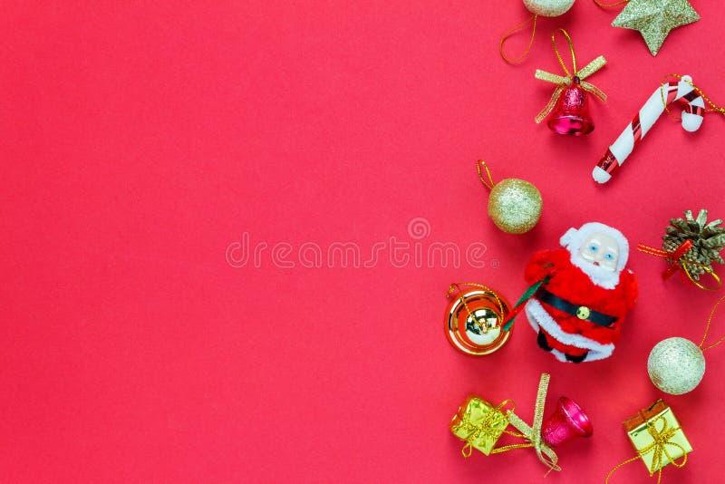 Украшение рождества взгляд сверху и кукла Санта Клауса на красном backgro стоковая фотография