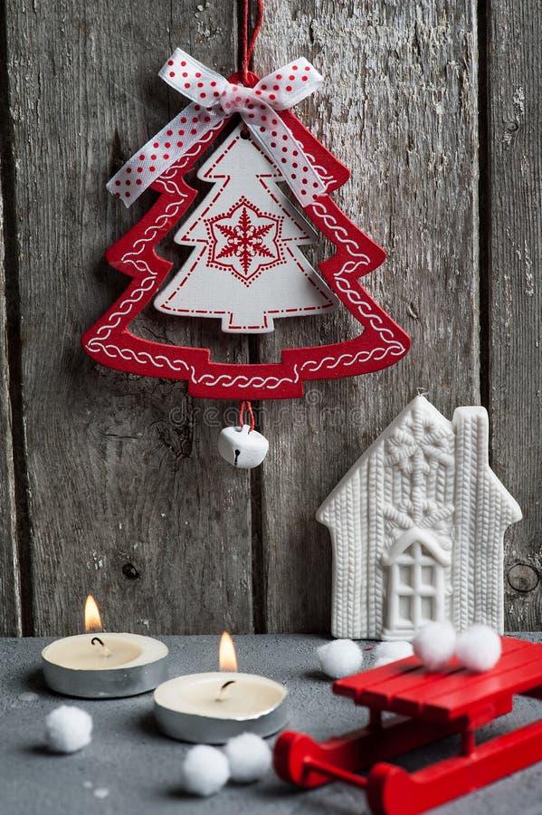 Украшение рождества вися над деревянной предпосылкой стоковые фотографии rf