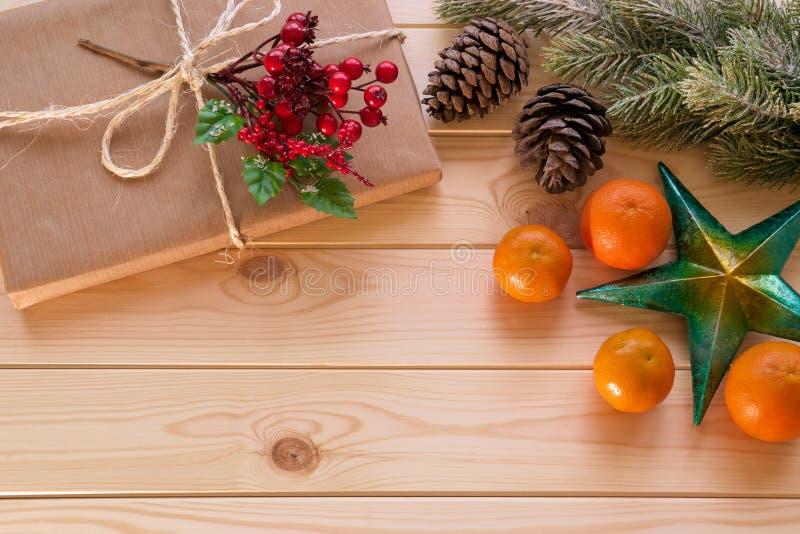 Украшение рождества - играйте главные роли, ветвь ели, подарок и мандарины стоковая фотография