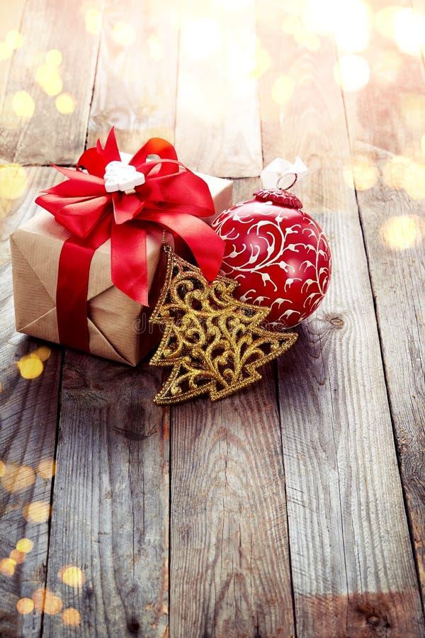 Украшение рождества (коробка, рождественская елка origami) над деревянным ба стоковые фотографии rf