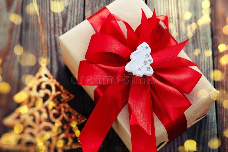 Украшение рождества (коробка, рождественская елка origami) над деревянным ба стоковые изображения