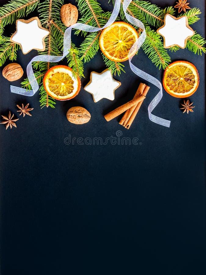 Украшение рождества над темной деревянной предпосылкой Взгляд сверху звезды домодельного масла чокнутой сформировало печенья с за стоковая фотография rf