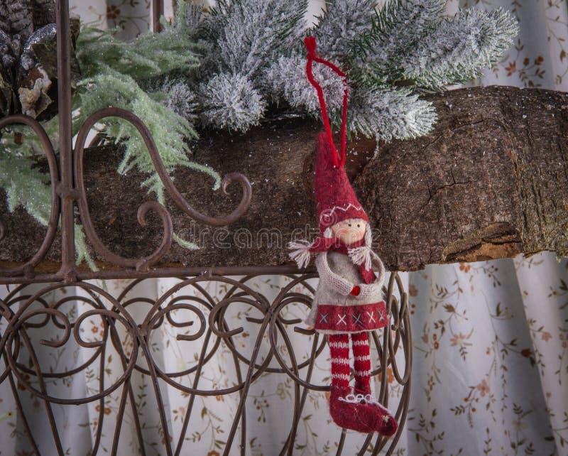 Украшение рождественской елки меньшая кукла в красной захолустной зиме c стоковое фото rf