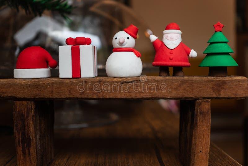 Украшение Санта рождества, подарочная коробка, шляпа снеговика, Санта и дерево стоковая фотография rf