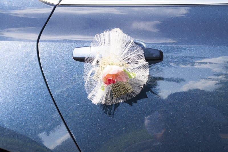 Украшение свадьбы на ручке автомобильной двери стоковые фото