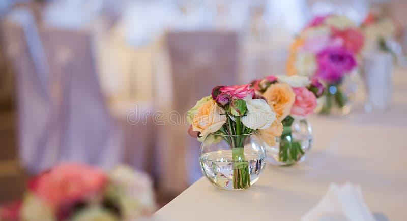 Украшение свадьбы на таблице Цветочные композиции и украшение стоковые изображения