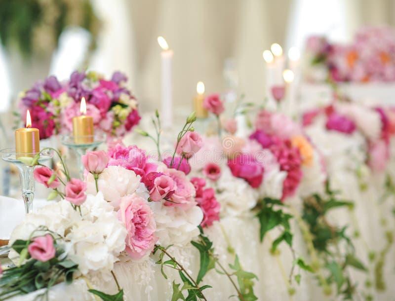 Украшение свадьбы на таблице Цветочные композиции и украшение Расположение розовых и белых цветков в ресторане для события стоковая фотография rf
