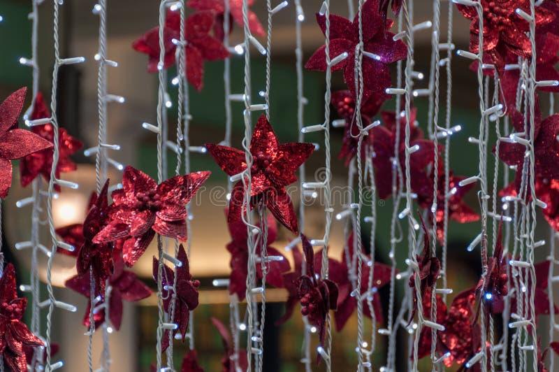 Украшение светов рождества с красной гирляндой и ярким блеском звезд стоковая фотография rf
