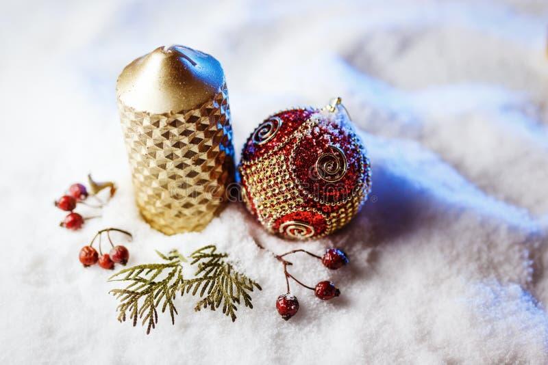 Украшение свечи и рождества в снеге с голубым светом стоковые фото