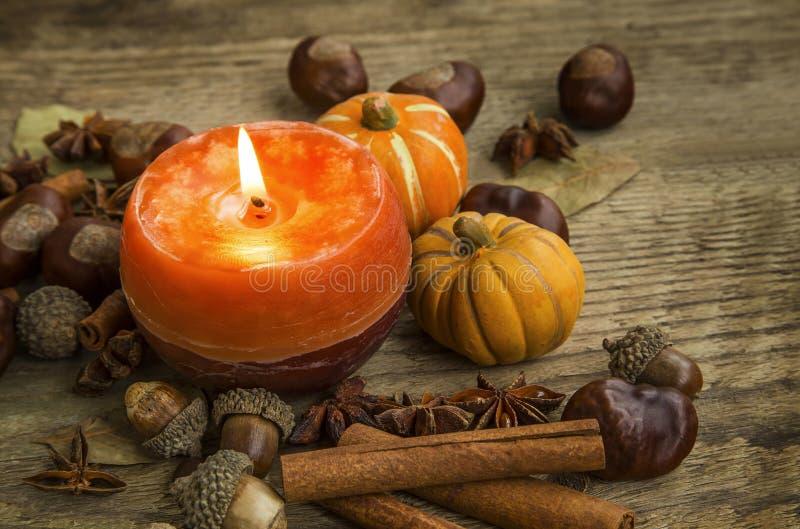 Украшение свечи осени с ручками циннамона, жолудями, анисовкой и стоковые фотографии rf