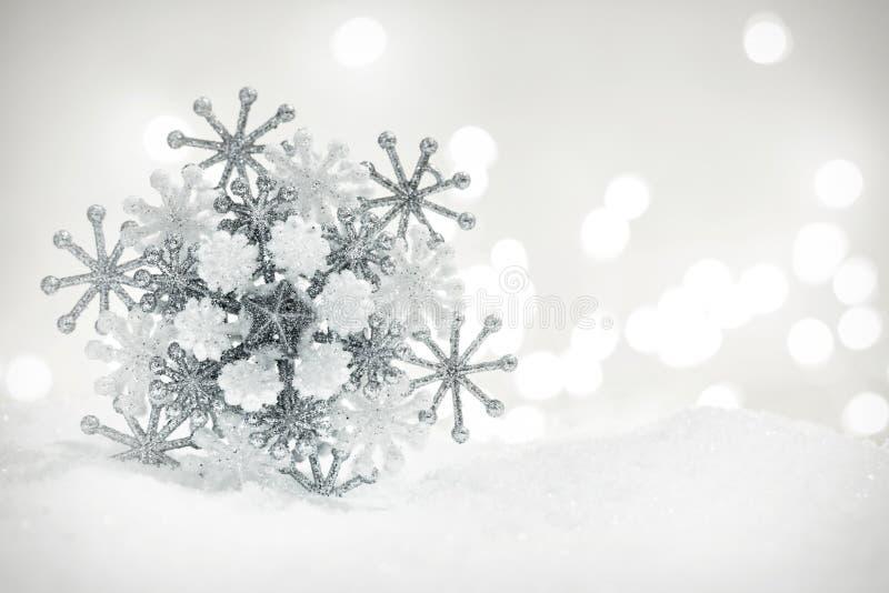Украшение снежинки зимы на предпосылке яркого блеска стоковые изображения