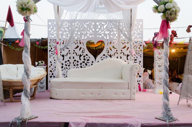 Украшение сцены свадьбы - белая софа и экран с сердцем стоковое фото rf
