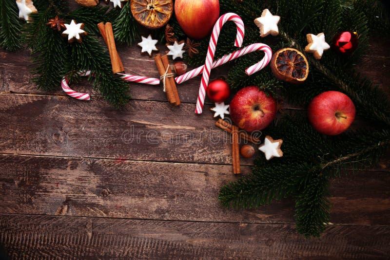 Украшение с печеньями рождества Типичные звезды циннамона с f стоковое фото