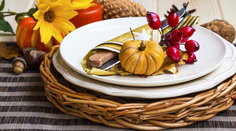 Украшение таблицы установки благодарения с столовым прибором, плитами и a стоковая фотография rf