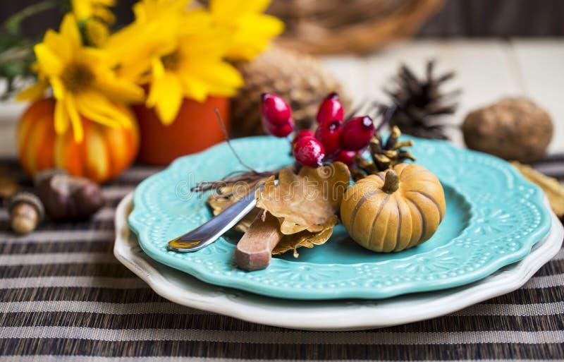 Украшение таблицы установки благодарения с столовым прибором, плитами и a стоковое изображение