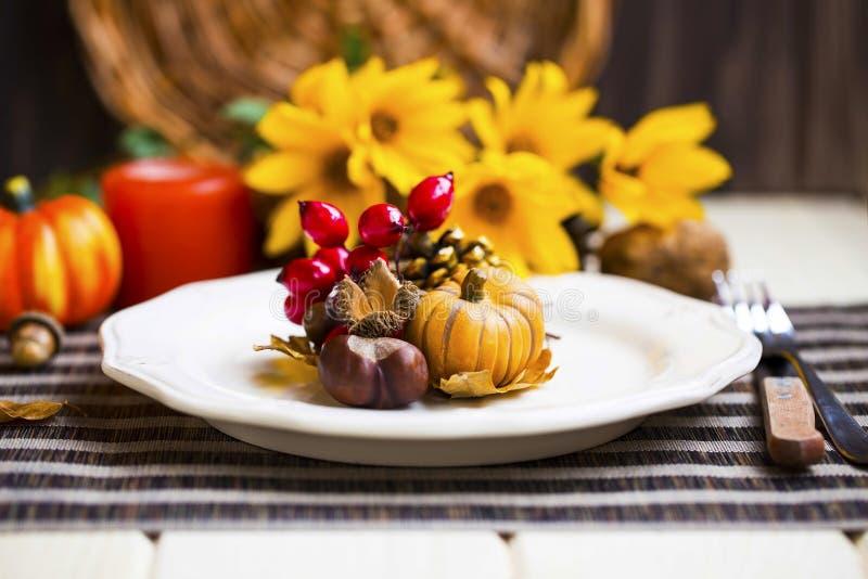 Украшение таблицы установки благодарения с столовым прибором, плитами и a стоковые изображения