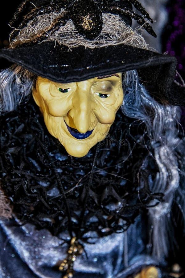 Украшение хеллоуина - конец-вверх старой сморщенной ведьмы с голубыми губами и волосами и sparkly платьем с черными воротником и  стоковое изображение