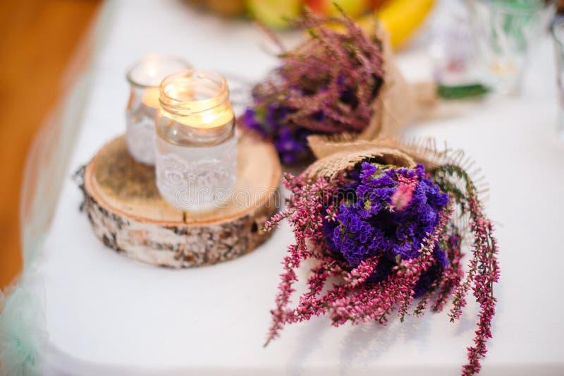 Украшение цветка и свечи для свадьбы стоковые изображения