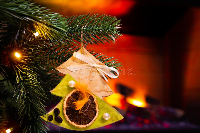 Украшение ` s Нового Года Рождественская елка и игрушки на ей, конце-вверх стоковое изображение rf
